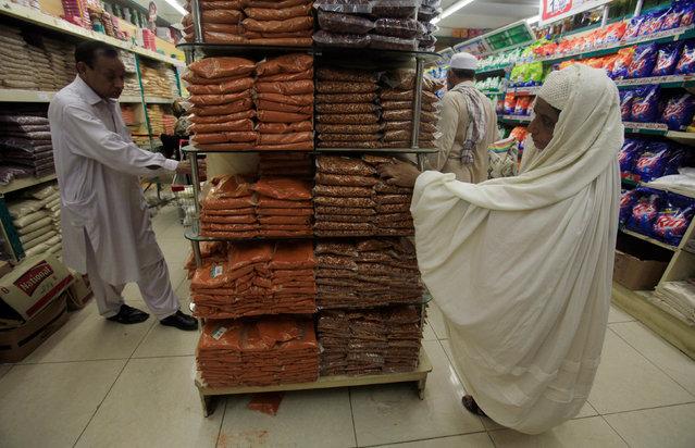 People shop for supplies ahead of Ramadan in Peshawar, Pakistan, June 1, 2016. (Photo by Faisal Mahmood/Reuters)