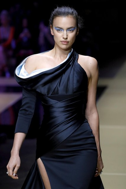 Russian model Irina Shayk presents a creation for Atelier Versace during the 2016-2017 fall/winter Haute Couture collection fashion show on July 3, 2016 in Paris. (Photo by Patrick Kovarik/Reuters)