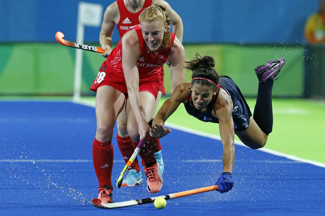 United States' Melissa Gonzalez, right, falls while fights for the ball with Britain's Nicola White during a women's field hockey match at the 2016 Summer Olympics in Rio de Janeiro, Brazil, Saturday, August 13, 2016. (Photo by Dario Lopez-Mills/AP Photo)