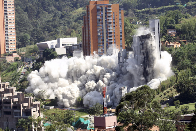 The CuatroTorres residential building complex is demolished during a controlled implosion, in the city of Medellin September 23, 2014. Colombian authorities imploded the Medellin apartment building that partially collapsed almost a year ago, killing 11 people. (Photo by Fredy Builes/Reuters)