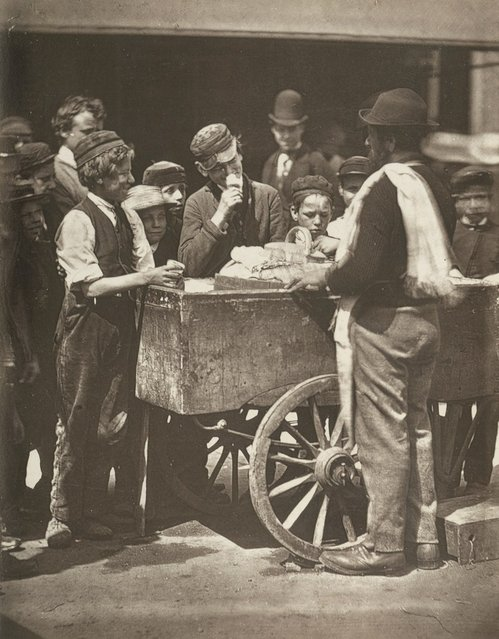 Halfpenny Ices. (Photo by John Thomson/LSE Digital Library)