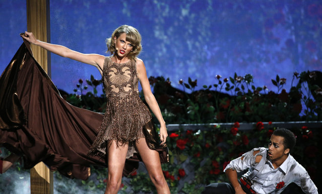 """Taylor Swift performs """"Blank Space"""" during the 42nd American Music Awards in Los Angeles. (Photo by Mario Anzuoni/Reuters)"""