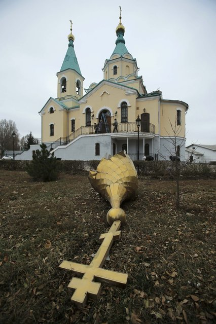 A damaged dome is seen in yard of orthodox church damaged by recent shelling in Kuibyshevski district in Donetsk, eastern Ukraine, November 25, 2014. Three civilians were killed and eight were injured during shelling in Donetsk yesterday. (Photo by Antonio Bronic/Reuters)