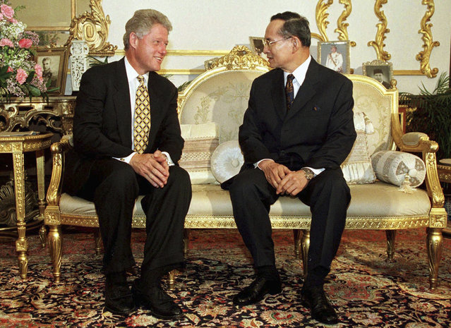 In this November 25, 1996, file photo, U.S. President Bill Clinton, left, meets with Thailand's King Bhumibol Adulyadej at Chitrlada Palace in Bangkok. (Photo by AP Photo)