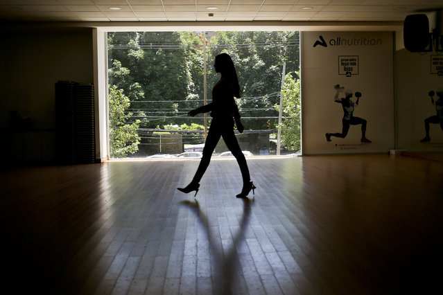 """Venezuelan born Andrea Diaz, Miss Chile, takes part in a runway class in Santiago, Chile, Thursday, November 8, 2018. """"I represent the new Chile"""", the 26-year-old said as she was training at a local gym in Santiago for the upcoming competition. """"This is an inclusive country where immigrants come in search of opportunities"""". (Photo by Esteban Felix/AP Photo)"""