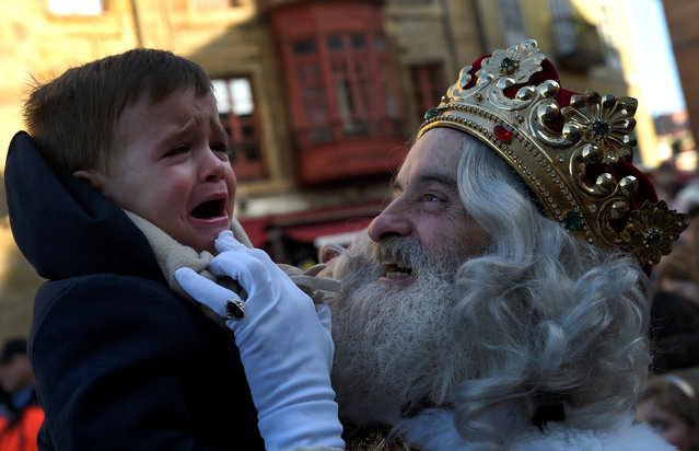 A man dressed as one of the Three Kings greets children during the Epiphany parade in Gijon, Spain January 5, 2017. (Photo by Eloy Alonso/Reuters)