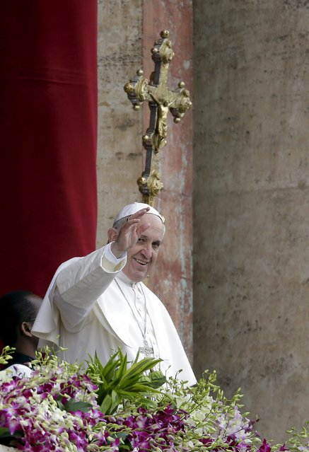 """Pope Francis waves as he delivers a """"Urbi et Orbi"""" message from the balcony overlooking St. Peter's Square at the Vatican April 5, 2015. (Photo by Max Rossi/Reuters)"""