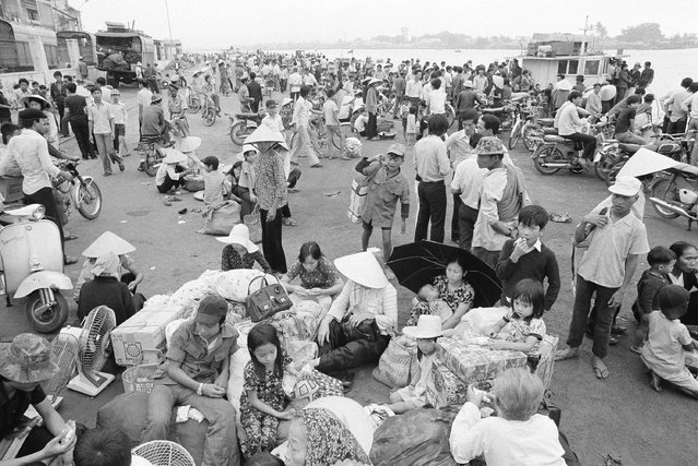 Nowhere to go and nothing to do, South Vietnamese refugees from Hue and the northern provinces pause on the dock waiting for the government to relocate them to the central coastal area at Da Nang in Vietnam, March 28, 1975. (Photo by AP Photo/Phuoc)