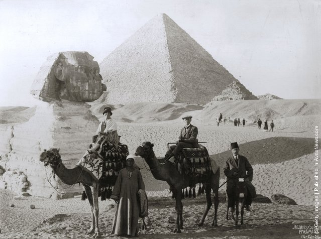 1924: Mr. and Mrs. John Chatworth-Musters on a camel trip to see the Sphinx and pyramids