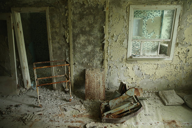 Rusting equipment lies among peeling walls in a room at the abandoned city hospital on September 30, 2015 in Pripyat, Ukraine. (Photo by Sean Gallup/Getty Images)