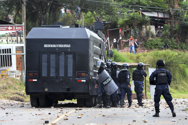 Riot Police clash with residents of El Hatillo during a protest against the construction of a housing project in the outskirts of Tegucigalpa, on September 9, 2019. The residents demand the cancellation of the project arguing that it threatens to leave the Honduran capital without drinking water. Honduras declared a state of emergency on September 5 due to severe drought that is affecting the main cities of the country. (Photo by Orlando Sierra/AFP Photo)