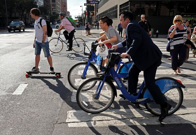 Clients of bicycle sharing service Citi Bike and others wait for a traffic light to turn green along Ninth Avenue in Manhattan, New York, U.S., June 15, 2016. (Photo by Rickey Rogers/Reuters)