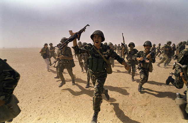 Syrian commandos charge across the desert during a training exercise in Hafar Al Batin, Saudi Arabia on Tuesday, September 18, 1990. The Syrian have 1500 commandos in Saudi Arabia which are part of the Arab forces protecting the kingdom against possible Iraqi attack. (Photo by J. Scott Applewhite/AP Photo)