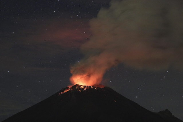 Smoke rises from the Popocatepetl as it spews incandescent volcanic material on the outskirts of Puebla July 4, 2013. (Photo by Imelda Medina/Reuters)