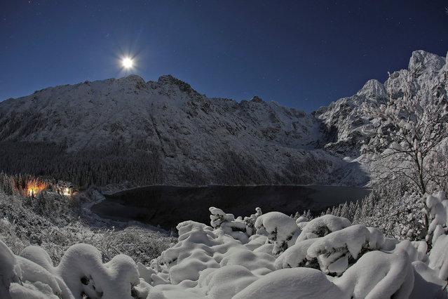 The supermoon is seen over Lake Morskie Oko in the Tatra Mountains near Zakopane, Poland November 14, 2016. (Photo by Marek Podmokly/Reuters/Agencja Gazeta)