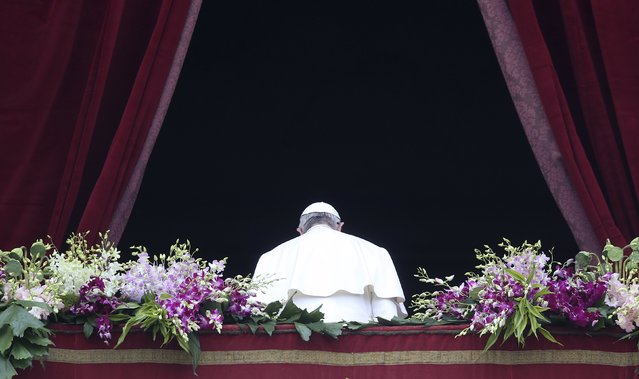 """Pope Francis leaves after delivering the """"Urbi et Orbi"""" message from the balcony overlooking St. Peter's Square at the Vatican April 5, 2015. (Photo by Alessandro Bianchi/Reuters)"""