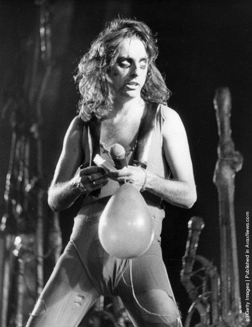 1975: Shock-rock singer Alice Cooper in performance at Wembley Arena