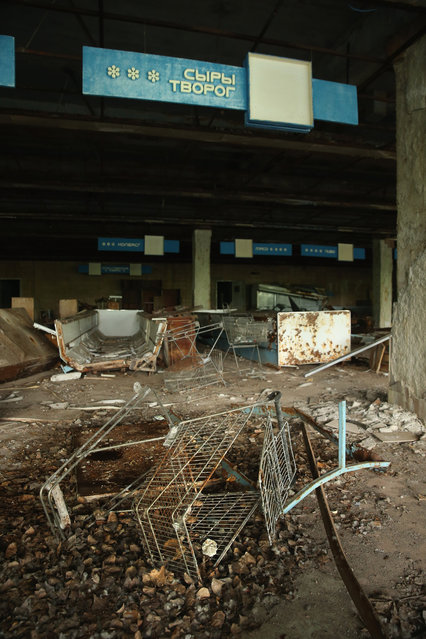 Rusting shopping carts and other debris litter the floor of an abandoned supermarket on September 30, 2015 in Pripyat, Ukraine. (Photo by Sean Gallup/Getty Images)