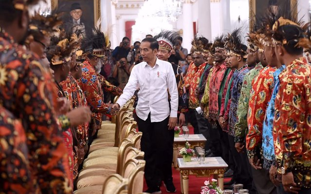 This handout picture taken on September 10, 2019 and released by the Indonesian Presidential Palace shows President Joko Widodo (C) meeting some 61 Papuan and West Papuan religious and student leaders, customary and communities chiefs at the state palace in Jakarta. (Photo by Indonesian Presidential Palace/Handout via AFP Photo)