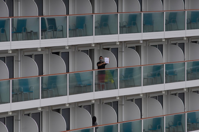 A passenger shows a note from the World Dream cruise ship docked at Kai Tak cruise terminal in Hong Kong, Wednesday, February 5, 2020. (Photo by Vincent Yu/AP Photo)