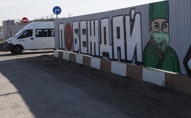 """A view of a graffiti with inscription reading """"to win"""" in front of a multi-specialty hospital complex in the Kommunarka settlement in New Moscow, Russia, 26 March 2020. People with symptoms of acute viral respiratory infections will be placed in the hospital in Kommunarka to be diagnosed and treated. Russian officials report about 844 infected by the SARS-CoV-2 coronavirus which causes the COVID-19 disease. (Photo by Maxim Shipenkov/EPA/EFE)"""