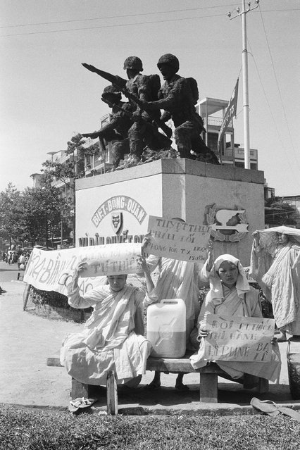 South Vietnamese Buddhist nuns opposed to the regime of President Nguyen Van Thieu and continued fighting in their country stage a demonstration in the shadow of a monument honoring combatants in Saigon, Jan. 27, 1975. The nuns called on Thieu to resign. (Photo by AP Photo/Ut)
