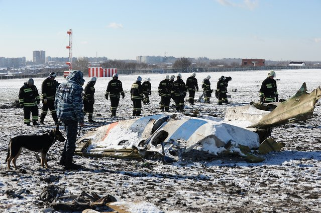 Russian Emergency Ministry employees investigate the wreckage of a crashed plane at the Rostov-on-Don airport, about 950 kilometers (600 miles) south of Moscow, Russia, Sunday, March 20, 2016. Winds were gusting before dawn Saturday over the airport in the southern Russian city of Rostov-on-Don when a plane carrying 62 people from a favorite Russian holiday destination decided to abort its landing. (Photo by AP Photo)