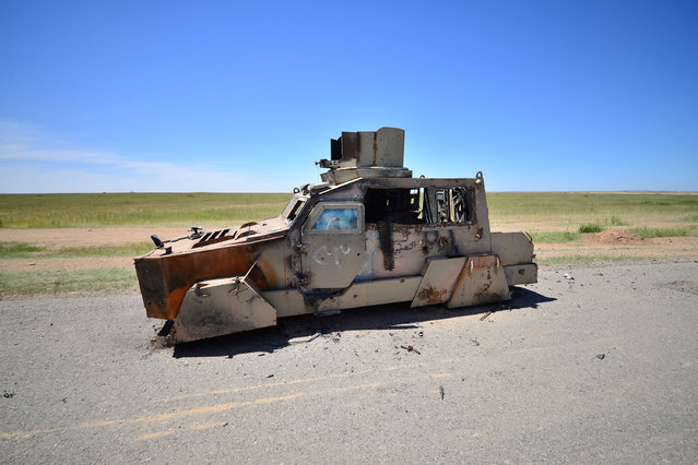 A vehicle that belonged to Islamic State militants is seen on the outskirts of the ancient city of Hatra near Mosul,Iraq April 26, 2017. (Photo by Reuters/Stringer)