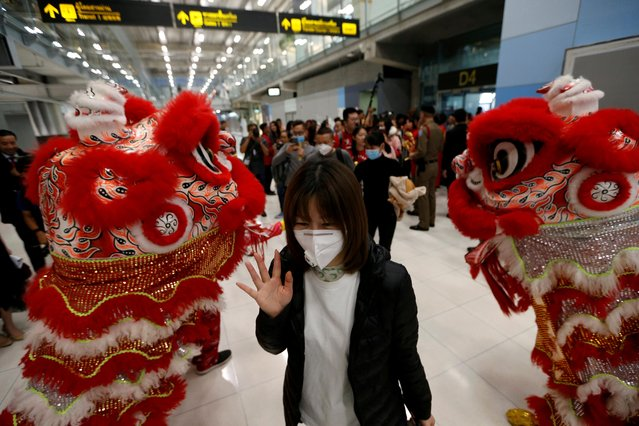 A Chinese tourist wears a mask as she arrives at Suvarnabhumi Airport during a welcome ceremony of Chinese Lunar New Year travellers in Bangkok, Thailand on January 22, 2020. (Photo by Soe Zeya Tun/Reuters)