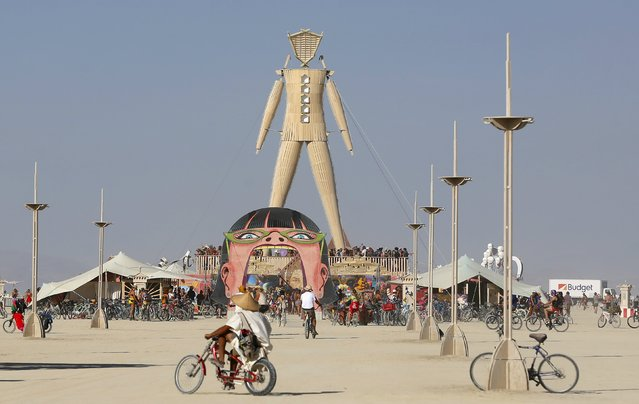 """The Man dominates the Playa during the Burning Man 2015 """"Carnival of Mirrors"""" arts and music festival in the Black Rock Desert of Nevada, August 31, 2015. (Photo by Jim Urquhart/Reuters)"""