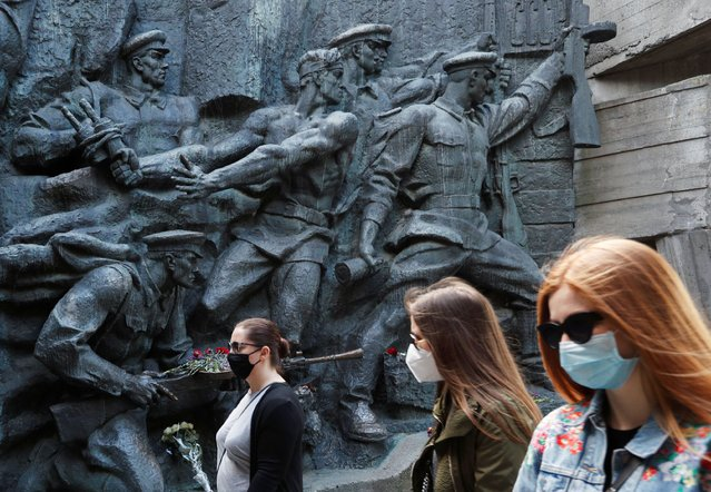 Women wearing protective face masks visit the World War Two museum on Victory Day, the 75th anniversary of the victory over Nazi Germany in World War Two, amid the coronavirus disease (COVID-19) outbreak, in Kiev, Ukraine on May 9, 2020. (Photo by Valentyn Ogirenko/Reuters)