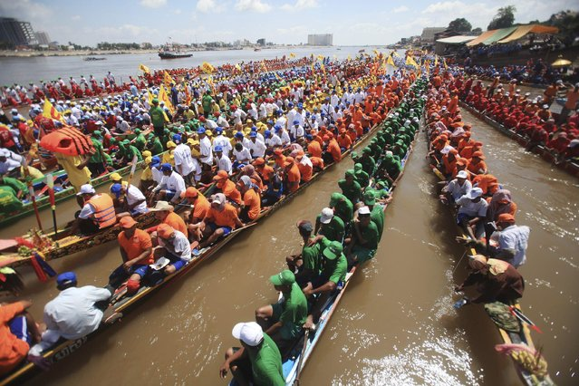 Rowers gather at the start of a boat race near the Royal Palace during the annual Water Festival on the Tonle Sap river in Phnom Penh November 6, 2014. Cambodians celebrate the Water Festival from November 5 to 7. (Photo by Samrang Pring/Reuters)