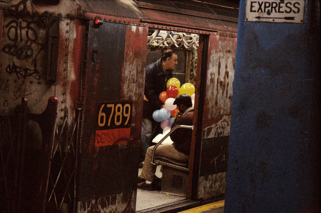 Horvat's subsequent series New York Up and Down paid homage to the city in all its grime and glory – from coffee shop customers and Central Park sun seekers to unexpected subway encounters. Here: Balloons in the subway, 1984. (Photo by Frank Horvat/The Guardian)