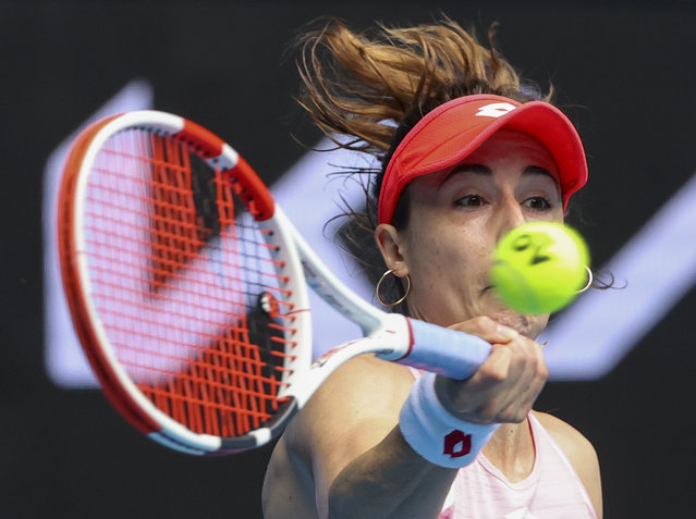 France's Alize Cornet makes a forehand return to Australia's Ajla Tomljanovic during a tuneup tournament ahead of the Australian Open tennis championships in Melbourne, Australia, Monday, February 1, 2021. (Photo by Hamish Blair/AP Photo)