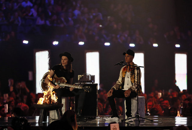 Canadian singer Justin Bieber (R) and British singer, songwriter and guitarist James Bay perform together at the BRIT Awards at the O2 arena in London, Britain, February 24, 2016. (Photo by Stefan Wermuth/Reuters)