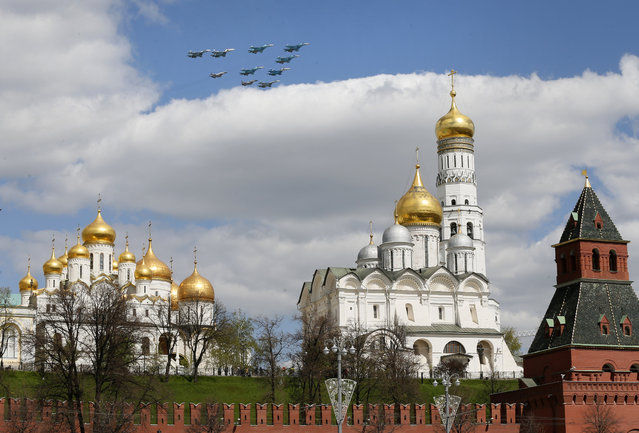 Russian jet fighters fly above the Kremlin, during the rehearsal for a military parade at the Red Square in Moscow, Russia, May 5, 2015. The Victory Day parade on May 9, 2015 marks the 70th anniversary since the capitulation of Nazi Germany. (EPA/YURI KOCHETKOV)
