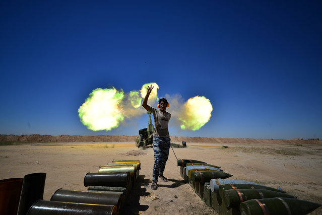 Iraqi paramilitary troops fire towards Islamic State militants during a battle with Islamic State militants on the outskirts of the ancient city of Hatra near Mosul,Iraq April 26, 2017. (Photo by Reuters/Stringer)