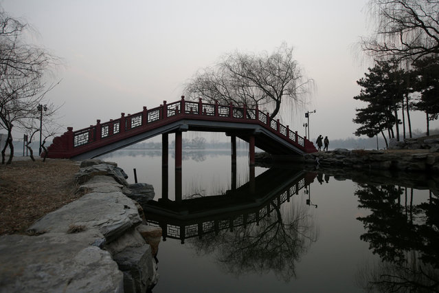 People walk through a bridge at the Old Summer Palace in smog on a polluted day as a red alert issued for air pollution in Beijing, China December 17, 2016. (Photo by Jason Lee/Reuters)