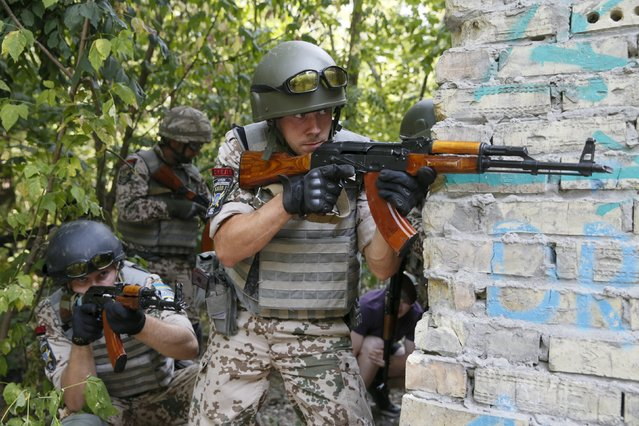 Members of the Ukrainian Interior Ministry's special battalion Kiev-1 aim their weapons during an anti-terror drill in Kiev, Ukraine, August 28, 2015. (Photo by Valentyn Ogirenko/Reuters)