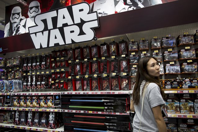 """A customer looks at the new """"Star Wars: The Force Awakens"""" on """"Force Friday"""" in Hong Kong, China, September 4, 2015. (Photo by Tyrone Siu/Reuters)"""
