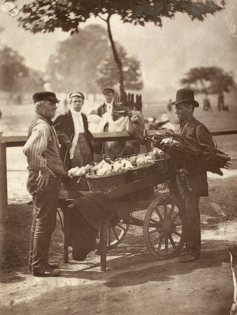 Mush Fakers and Ginger Beer Makers. (Photo by John Thomson/LSE Digital Library)