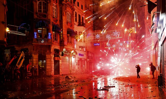 Demonstrators use fireworks against police during an anti-government protest in Istanbul, on December 27, 2013. Protesters demanding Turkish Prime Minister Tayyip Erdogan resign over a high-level corruption scandal clashed with police in Istanbul while across the city thousands staged a rival show of support for the embattled leader. (Photo by Cevahir Bugu/Reuters)
