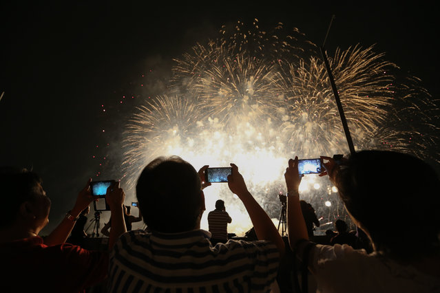 Filipino spectators watch fireworks display by the team from the Netherlands during the seventh Philippine International Pyromusical Competition in Pasay City, south of Manila, Philippines, February 27, 2016. Teams specialized in pyrotechnics from the Philippines, Portugal, Italy, Britain, the USA, the Netherlands, Germany, Canada, Australia, China and France are participating in the weekend fireworks show which will run until March 2016. (Photo by Mark R. Cristino/EPA)