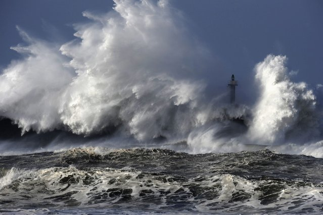 Huge waves crash on the San Esteban de Pravia seafront in the northern Spanish region of Asturias January 28, 2014. (Photo by Eloy Alonso/Reuters)