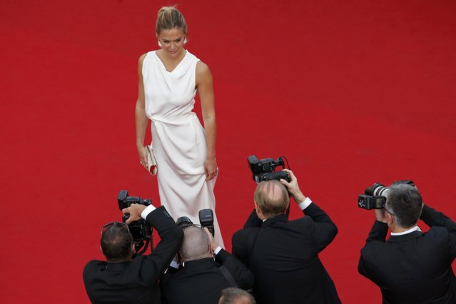 """Model Bar Refaeli poses on the red carpet as she arrives for the opening ceremony and the screening of the film """"La tete haute"""" out of competition during the 68th Cannes Film Festival in Cannes, southern France, May 13, 2015. (Photo by Benoit Tessier/Reuters)"""