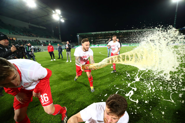 FC Cologne's Marco Hoger celebrates with beer after being promoted to the Bundesliga during the Second Bundesliga match between SpVgg Greuther Fuerth and 1. FC Koeln at Sportpark Ronhof Thomas Sommer on May 6, 2019 in Fuerth, Germany. (Photo by Michael Dalder/Reuters)