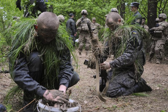 US and Ukrainian soldiers take part in joint military exercises near the western Ukrainian city of Lviv, Ukraine, 14 May 2015. The Fearless Guardian – 2015 drill kicked off at the Yavoriv military base in western Ukraine, close to the border with Poland on 20 April 2015. (Photo by Ivan Boberskyy/EPA)