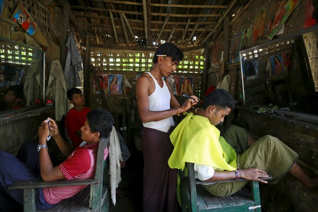 Rohingya Muslims get their haircut at a refugee camp outside Sittwe, Myanmar May 21, 2015. Picture taken May 21, 2015. (Photo by Soe Zeya Tun/Reuters)