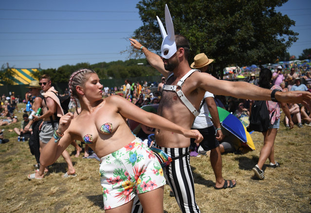 Festival-goers dance in the heat on day four of the Glastonbury Festival in Pilton, Britain, 29 June 2019. Glastonbury Festival of Contemporary Performing Arts is a five-day festival of contemporary performing arts that takes place in Pilton, Somerset from 26 to 30 June. (Photo by Neil Hall/EPA/EFE)
