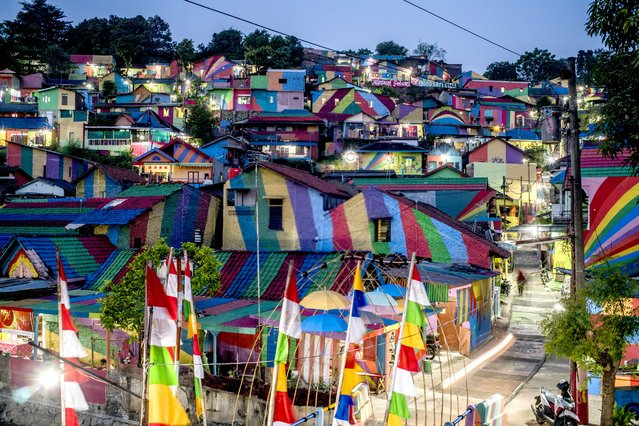 """This picture taken on May 23, 2017 shows an Indonesian hamlet dubbed """"the rainbow village"""" in Semarang, central Java, that has become an internet sensation and attracting hordes of visitors. (Photo by Suryo Wibowo/AFP Photo)"""